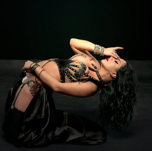 Η Diana Bastet επιδίδεται σε Metal Belly Dance