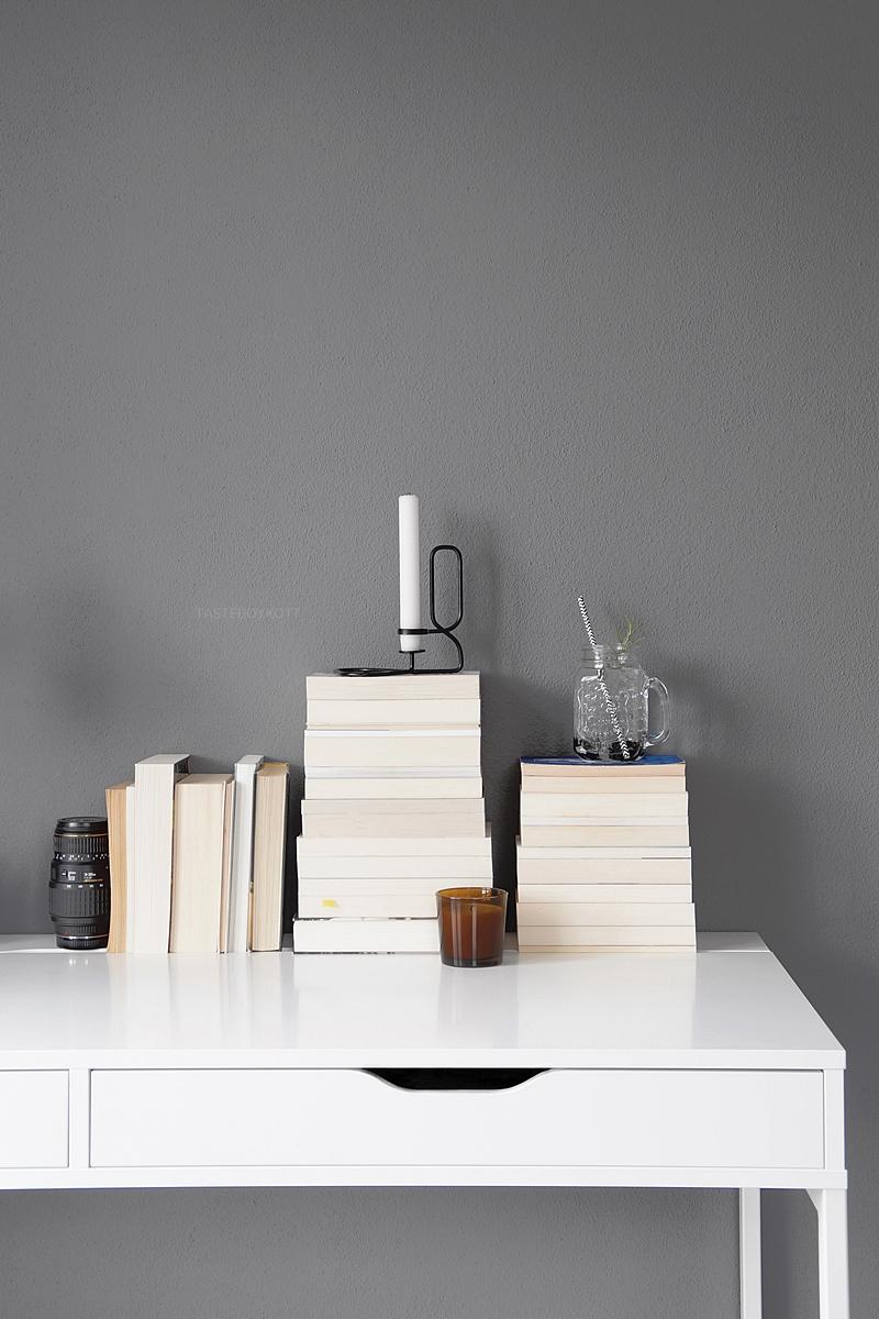 Schreibtisch dekorieren mit Bücherstapeln in weiß, grau, natur, braun, schwarz; Alex Schreibtisch Ikea