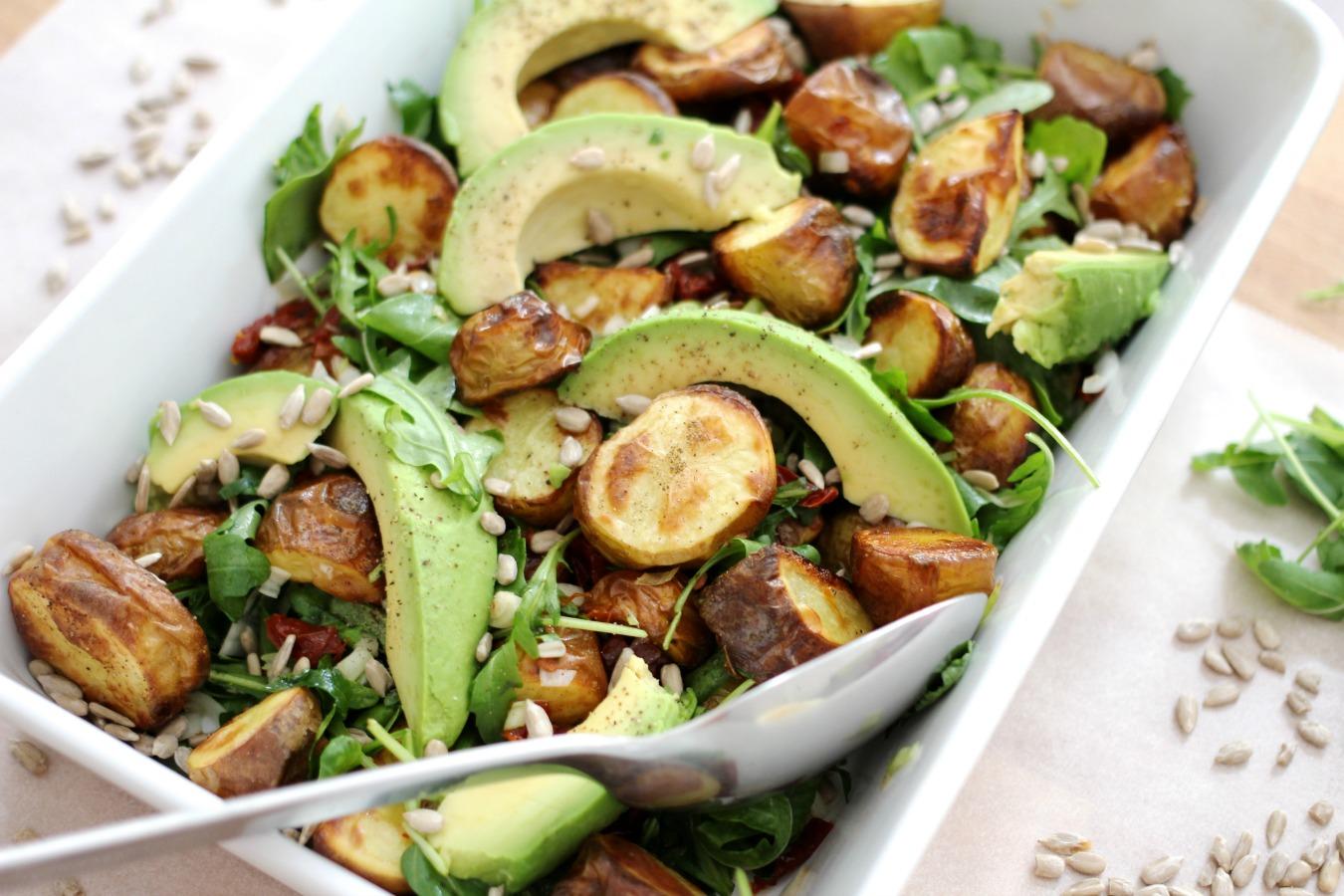 Kartoffelsalat mit Avocado, Tomaten und Sonnenblumenkernen
