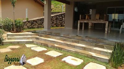 Execução do caminho de pedra com pedra Carranca tipo cacão com a escada de pedra Carranca serrada e a execução do paisagismo em casa na represa em Piracaia-SP.