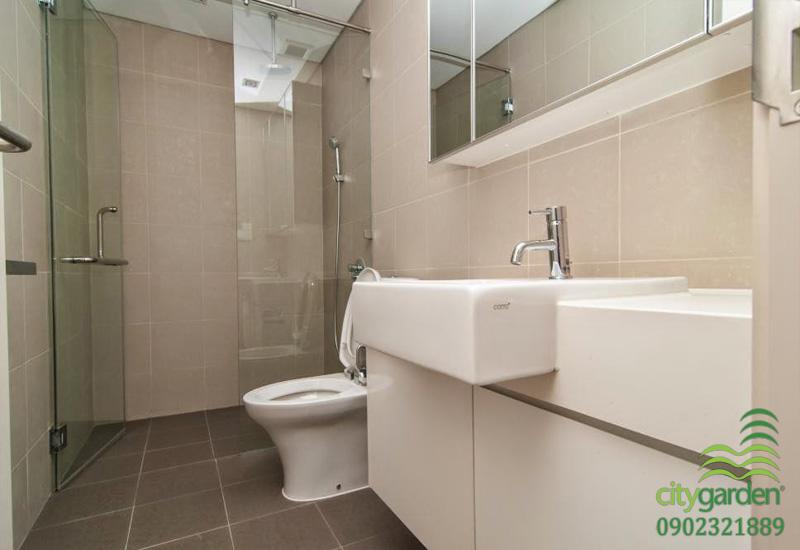 phòng tắm và wc chính của căn hộ