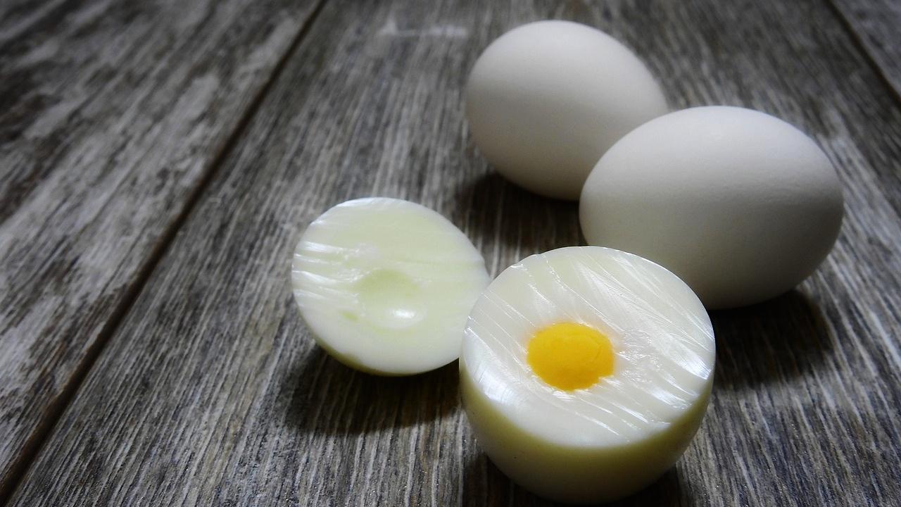 √ Putih & Kuning TELUR: Jumlah Protein, Kalori, Fakta Kandungan Nutrisi & Gizi