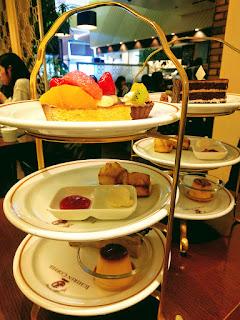 三段重ねのお皿にケーキ・プリン・スコーンなどが乗るアフタヌーンティーセット