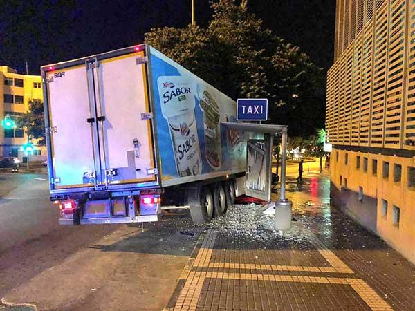 fotos accidente entre camión y taxi en rotonda de carretera general del norte, Las Palmas de Gran Canaria