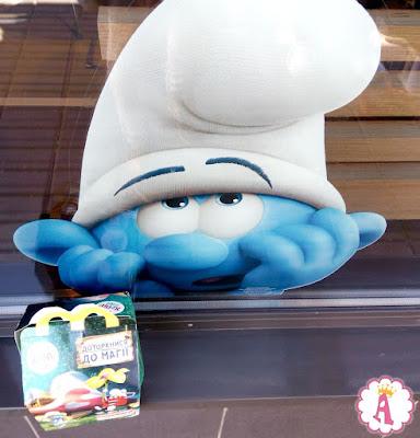 Наклейка Смурфика в украинском МакДональдсе и Happy Meal Smurfs toys