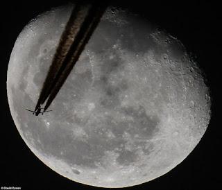 ufo melintasi bulan