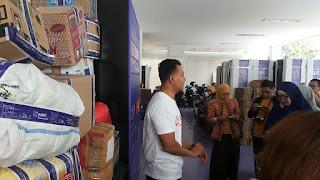 Pak Alex, Head of Marketing Paxel, sedang menjelaskan teknis pengiriman bantuan melalui Paxel