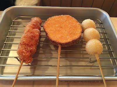 三茶喜楽堂の鶏もも、さつまいも、うずら玉子の串揚げ
