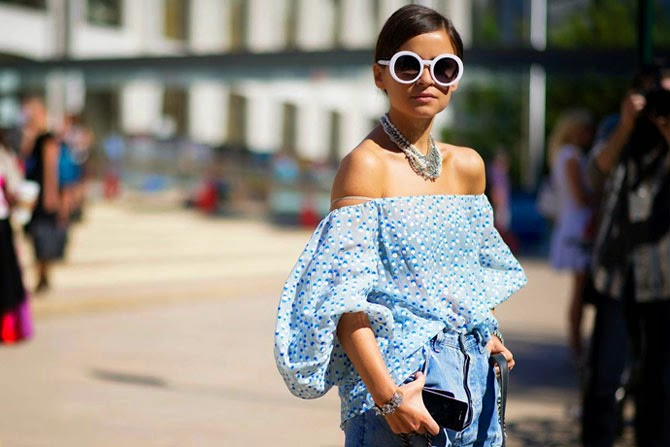 81c6f5e7fecb Эта тенденция совершенно не нова, и нельзя назвать её безусловным хитом  весна-лето 2014. Но платья и блузки со спущенными плечами выглядят  необычайно ...