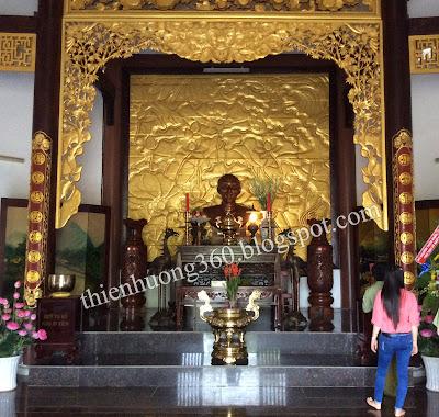Chánh điện, nơi thờ cúng hương hồn cụ phó bảng Nguyễn Sinh Sắc