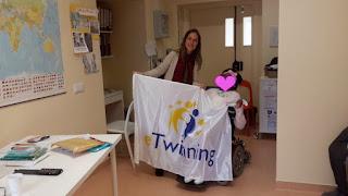 A bandeira eTwinning com a aluna e a Diretora de Turma