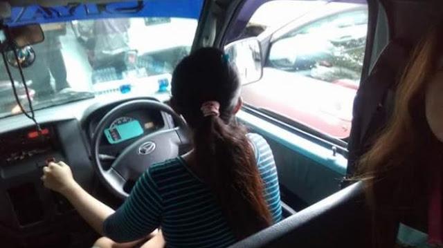 Terharu, Melihat Pengrobanan Ibu Ini Menyusui Anak Sambil Menyetir Angkot Mencari Nafkah