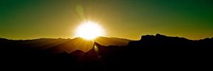 tramonto del sole con le montagne