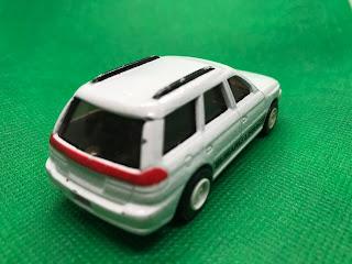 スバル レガシィ のおんぼろミニカーを斜め後ろから撮影