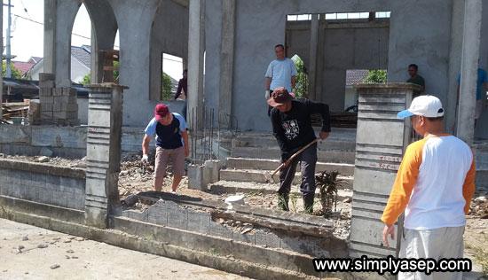 DINDING : Dinding di depan Masjid Babussalam sedang dicoba untuk dirapihkan dengan cara dirobohkan. Foto Asep Haryono