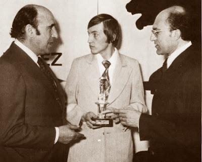 Kárpov, recibiendo el IX Oscar Mundial del Ajedrez 1976