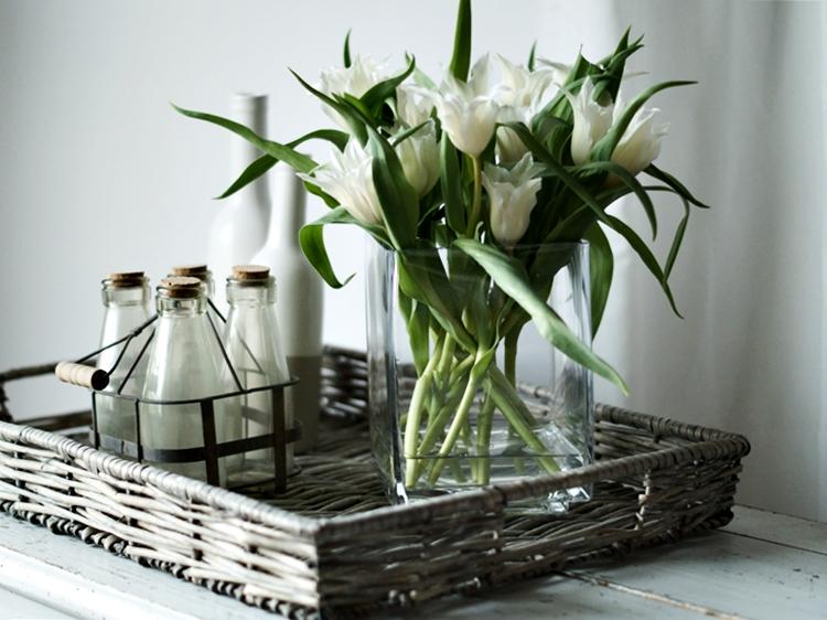 Spitze weiße Tulpen, ein Korbtablett und Deko { by it's me! }
