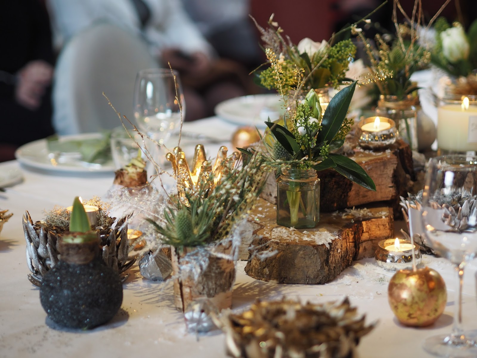 christmas table styling with natural materials