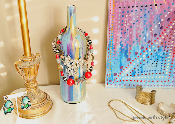DIY jewelry organizer, Do It Yourself jewelry organizer, DIY jewelry holder, DIY jewelry storage, DIY home decor, DIY glass bottle, uses for empty wine bottles, jewels with style, bracelet holder, necklace holder