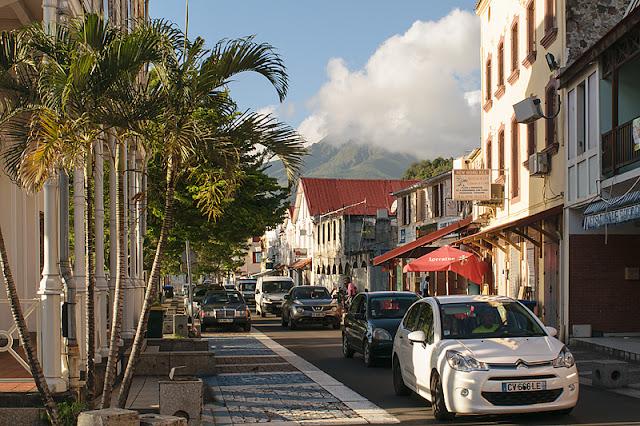 Une rue de Saint-Pierre avec la montagne Pelée à l'arrière-plan