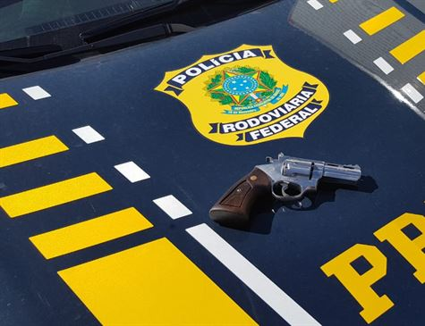 Tio é detido com arma ao tentar socorrer sobrinho que se acidentou