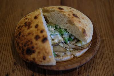 鳥取のパン屋タルマーリー NZ産ゴーダチーズと旬野菜のバーガーサンド