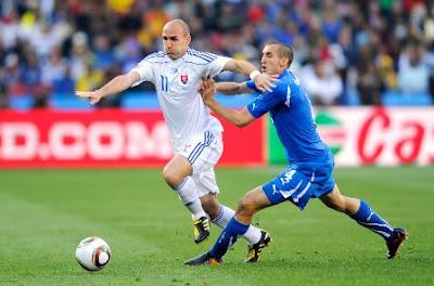 Robert Vittek pemain Slovakia ketika melawan Italia di debut 2010
