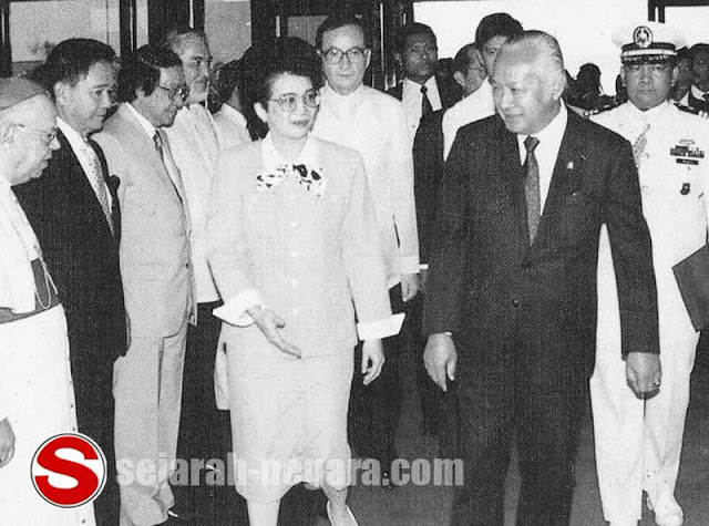 Foto Presiden Suharto dengan Corry Aquino di KTT Asean Manila 1987