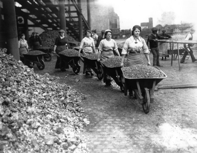 Women pushing loaded wheel barrows in Coventry during World War I, 1917