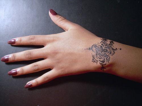 tatouage bracelet poignet 10 magnifiques mod les f minins id es mod les et tendances du. Black Bedroom Furniture Sets. Home Design Ideas
