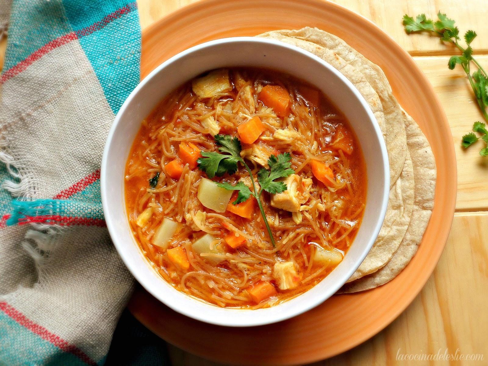 Sopa de Fideo con Pollo - lacocinadeleslie.com