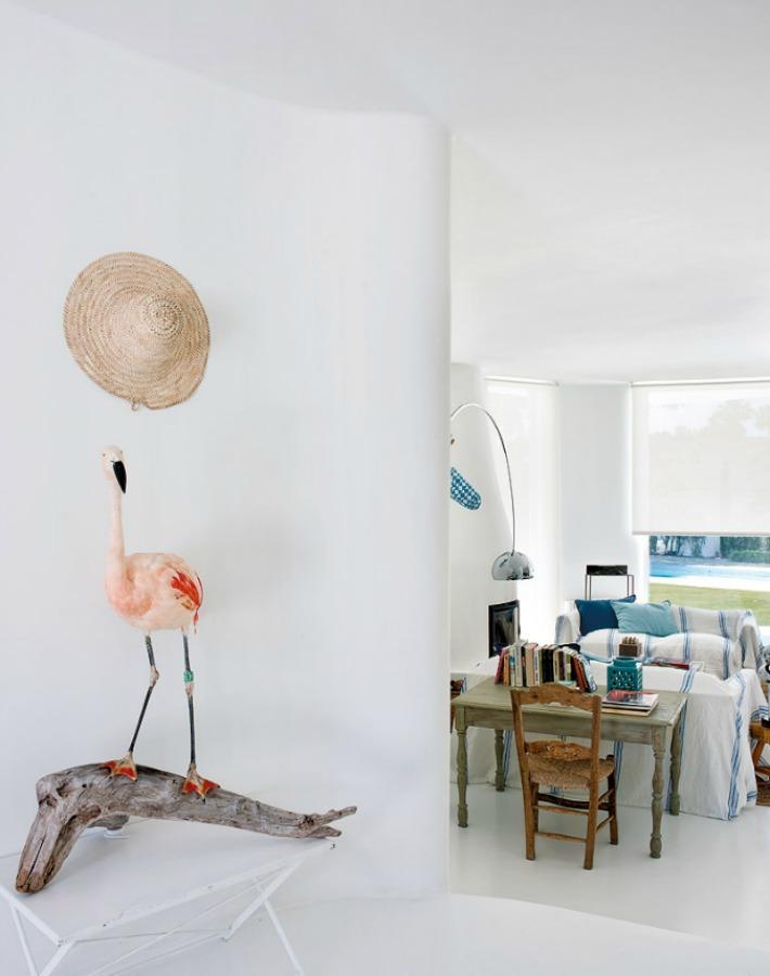 Una casa  de estilo mediterráneo elegante y minimalista
