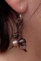 Pendientes trenzados metálicos en tono bronce con perlas a juego