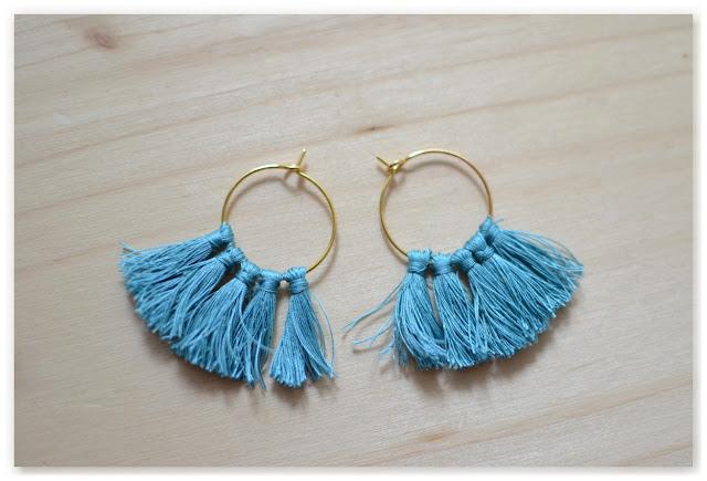 boucles d'oreilles pompons créoles dorées et turquoises