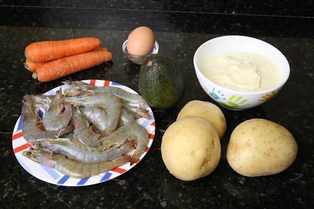 Ingredientes para ensaladilla de aguacate y langostinos