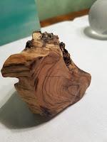 Cendrier en olivier: vue du dessous