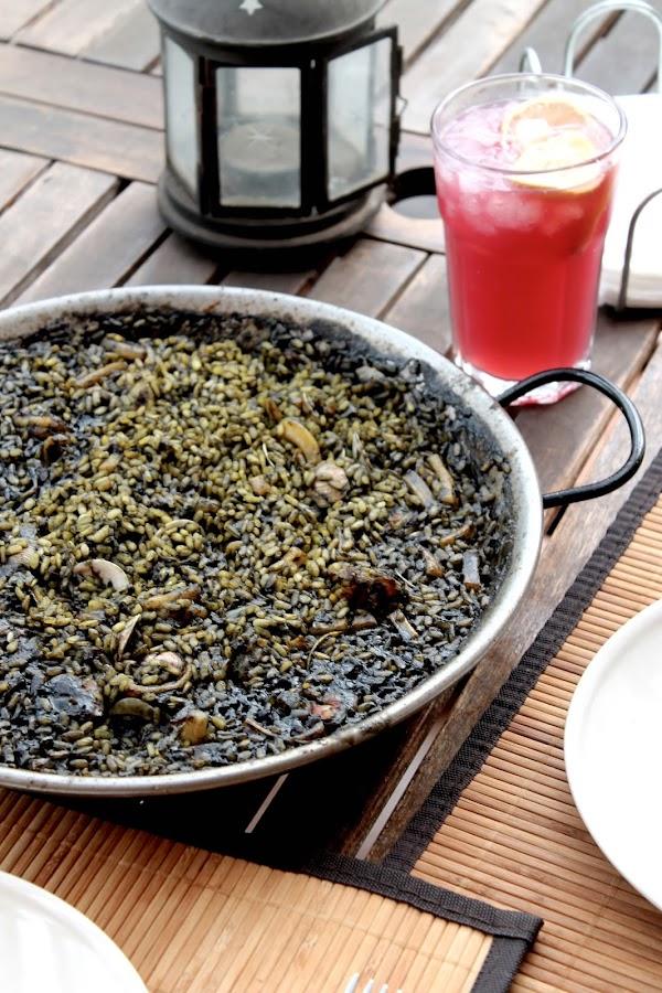 Arroz negro (paella de arroz negre con tinta de sepia)