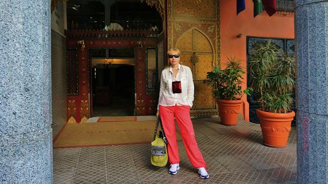 Изображение туристки возле входа в отель, Касабланка