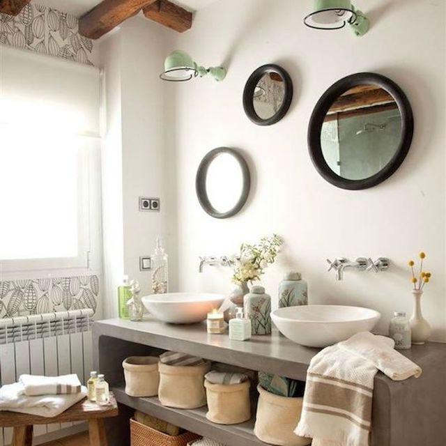 10 ideas para renovar el baño por menos de 100€, baño con colección de espejos redondos