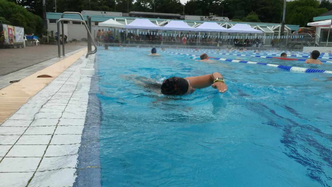 eine bahn schwimmen