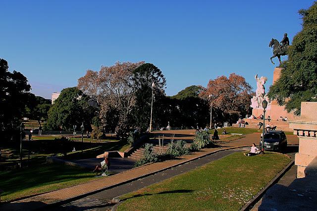 Plaza Mitre.Gente al sol