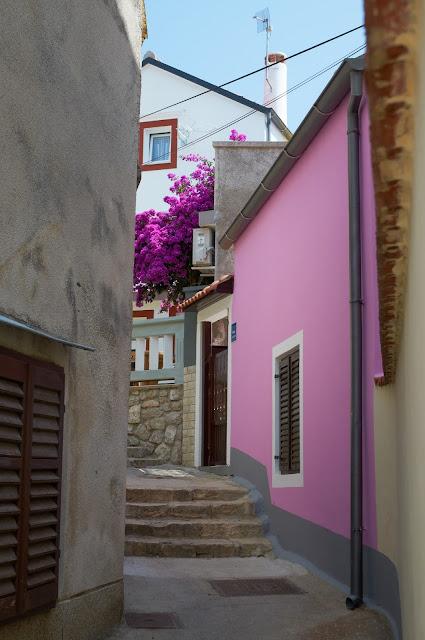 wąskie uliczki w miasteczkach w Chorwacji