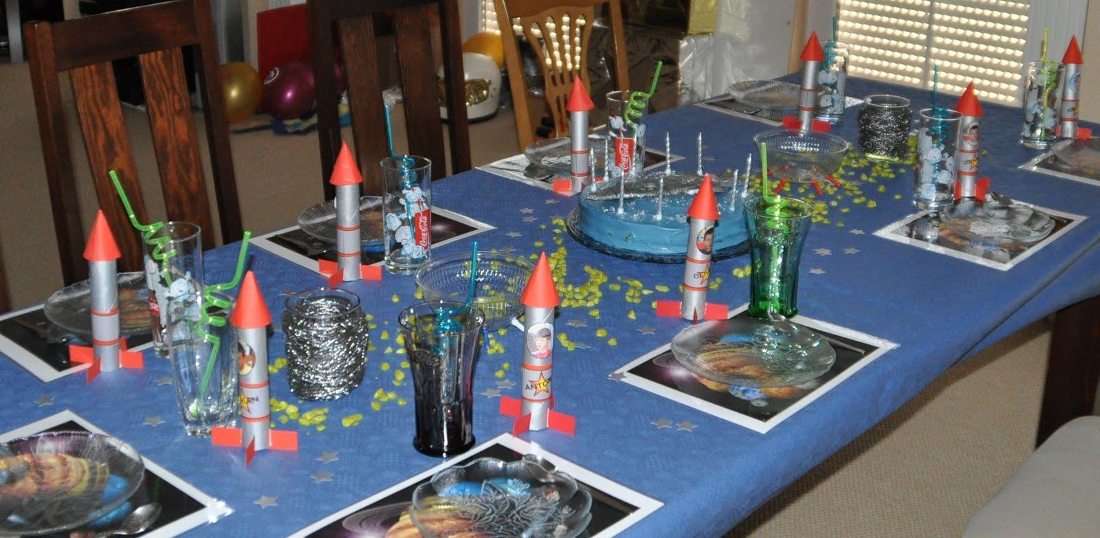 Das Geburtstagskind Fliegt Die Mit Silberner Speisefarbe Besprühte Rakete  Höchstpersönlich.