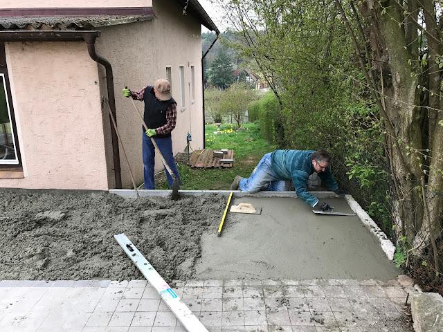der Beton der Bodenplatte wir eingefüllt und geglättet (c) by Joachim Wenk