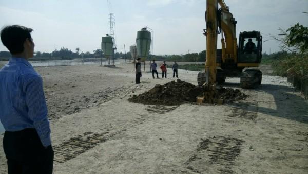新聞-雲林環保稽查斗南虎尾溪畔發現不明來源塑膠廢棄物,豐泰代工廠涉埋廢棄物,已清運完畢!