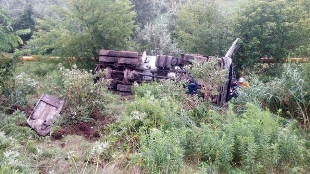 У Чернівцях бетоновоз впав з мосту, водій загинув