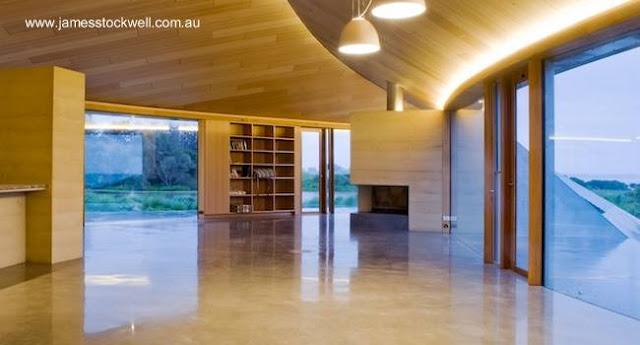 Vista de un gran ambiente interior de la vivienda, con dobles vistas