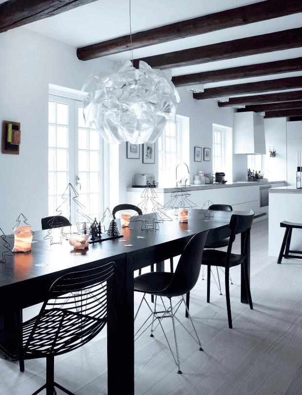 gran mesa de comedor formada por 2 mesas de ikea y sillas de diseño