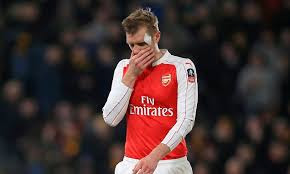 Mertesacker bandaged head