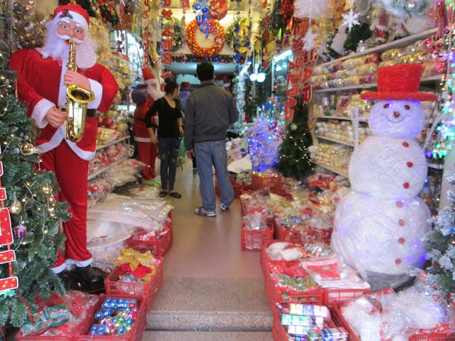 Noel glittering on Hang Ma street dispels the cold of winter Hanoi